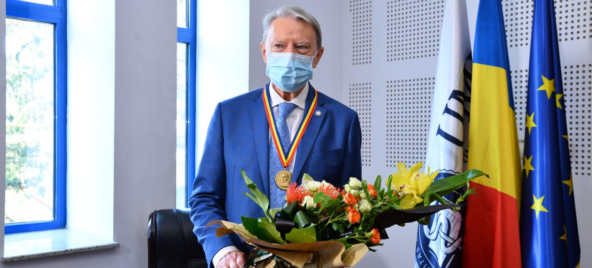 """Reputatul diabetolog Nicolae Hâncu, distins de UMF Cluj cu Medalia """"Iuliu Hațieganu"""" la aniversarea vârstei de 80 de ani"""